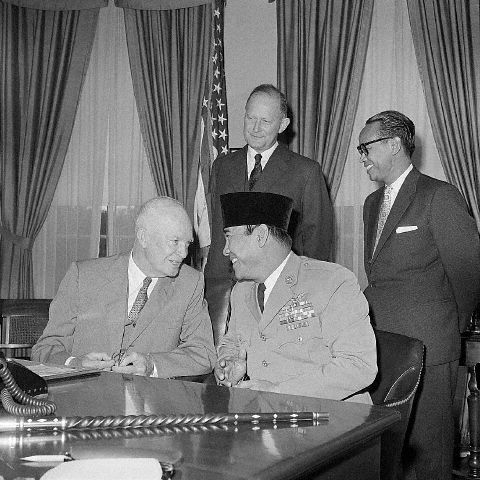 Eisenhower Confers with Sukarno in Meeting